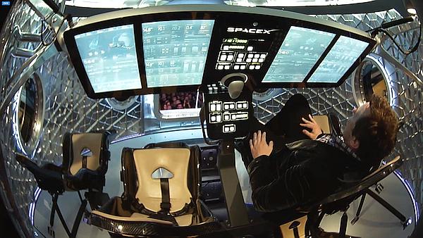 Dragon 2'nin yıldız gemisi Atılgan'a benzeyen modern bir kokpiti var ve kapsülün tanıtımını bizzat Elon Musk yaptı.