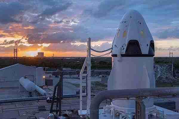 SpaceX roketi uzaya taşıması gereken Facebook internet uydusuyla birlikte yerde patladı. Zuckerberg kazayla ilgili hayal kırıklığını ifade ederek uzaydan internet yayını yapmaktan vazgeçtiklerini ve dronlarla havadan internet yayını yapacaklarını söyledi. Peki bu kaza Elon Musk'ı nasıl etkileyecek?